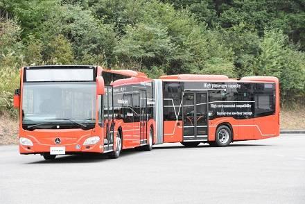 メルセデス・ベンツ新型連節バス「シターロ G」が日本初公開! 右ハンドルや外観を写真で紹介