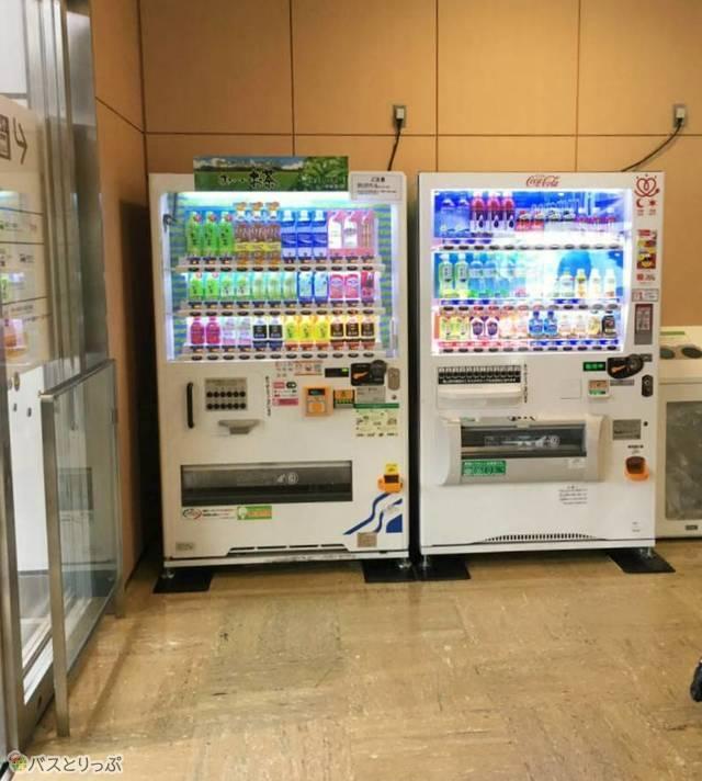 自動販売機は入口2カ所にそれぞれ設置