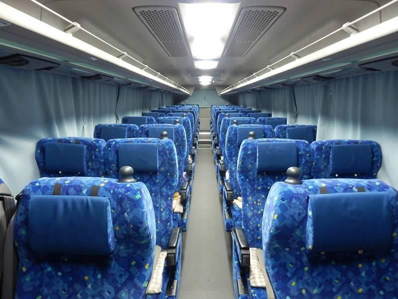 スタンダードよりも前の座席との間隔が広いのが特徴