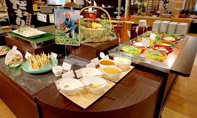 新鮮な野菜のサラダコーナー.jpg