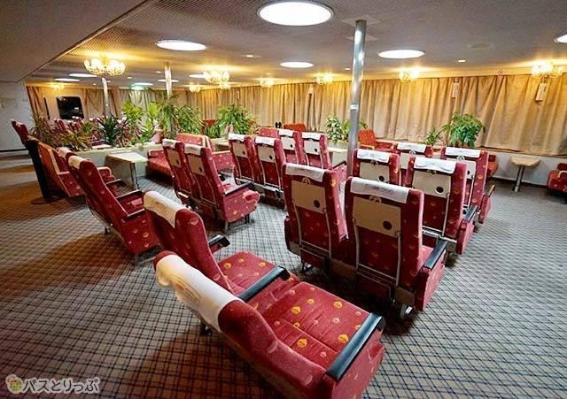 座席シートが並んだ船室.jpg