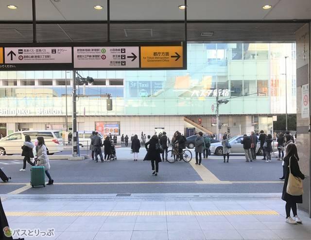 JR新宿駅南口改札から見えるバスタ新宿の外観