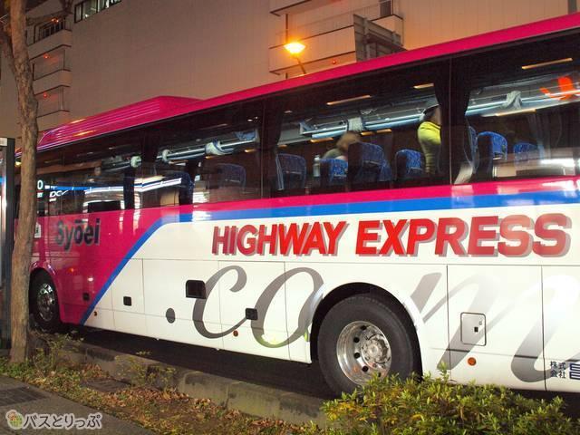 目を引くショッキングピンクのバス