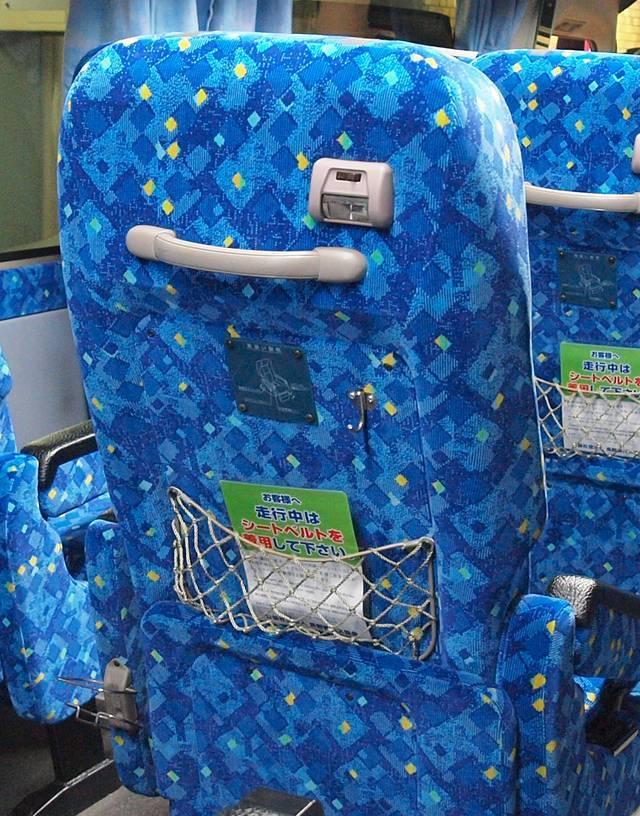 中央の席は読書灯が背中部分に設置