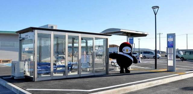 開設されたバス待合室と常陸太田市公式マスコットキャラクター「じょうづるさん」.jpg