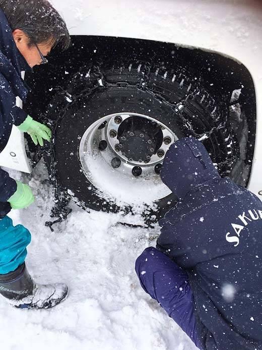 雪上でチェーンを装着