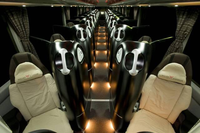 コクーンシートはプライベートモニターやミラー、ラック付き