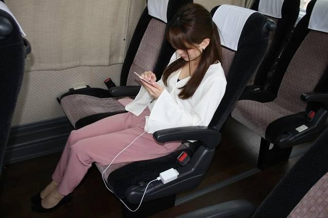昼行便の高速バス全車でフリーWI-Fiとコンセントを提供