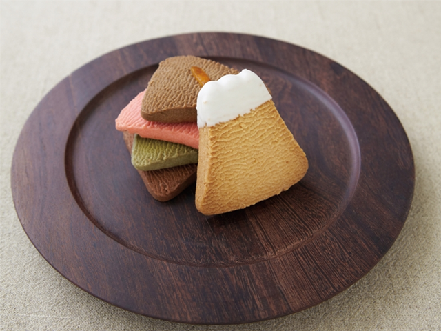 富士山の冠雪を模した「ホワイトチョコがけ」もある