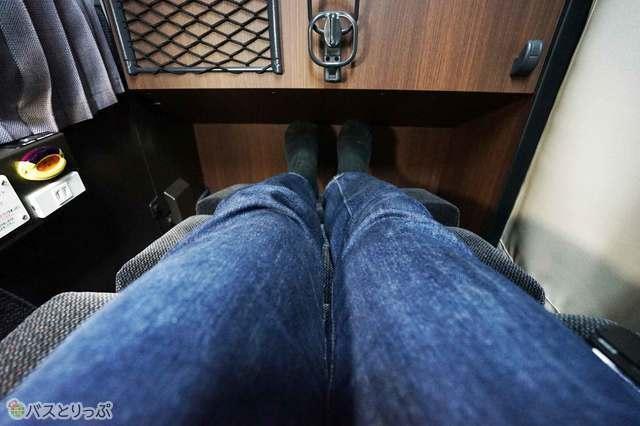 脚を伸ばしても余裕があるシートピッチ