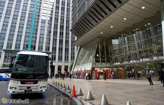 雨があがった東京駅に到着