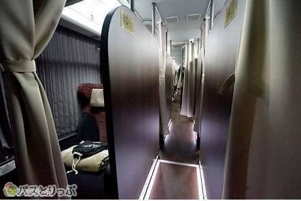 豪華バス「ドリームルリエ」のプレシャスクラスはほぼ個室! 広々シートは寝返りもうてる!?
