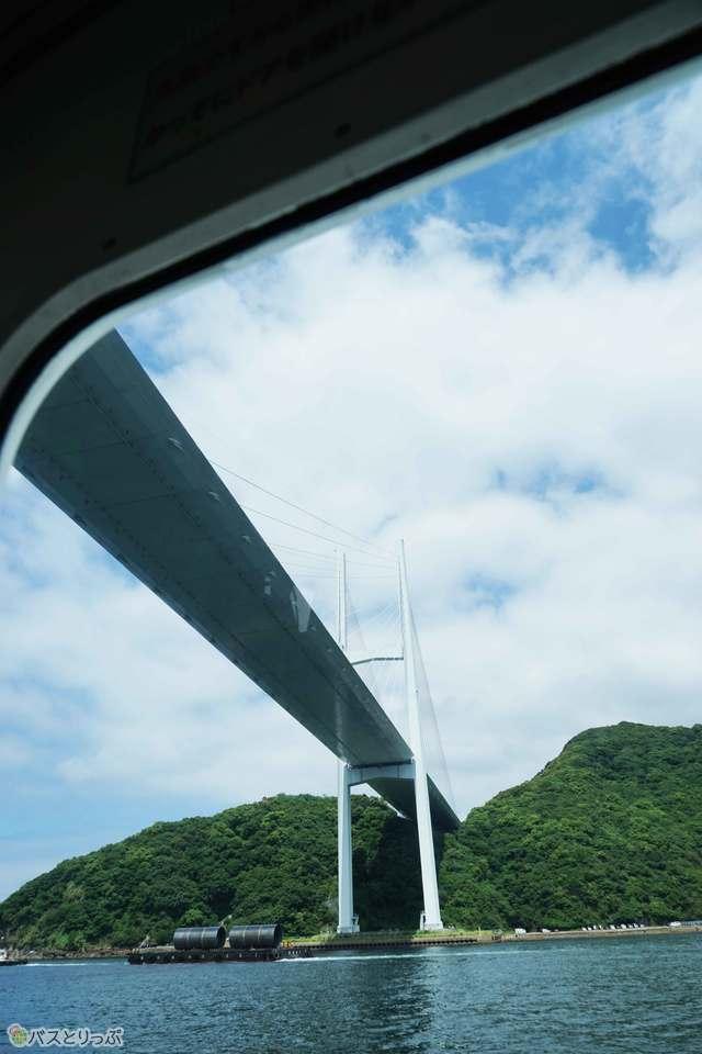 女神大橋を下から見上げる光景は船ならではの醍醐味です