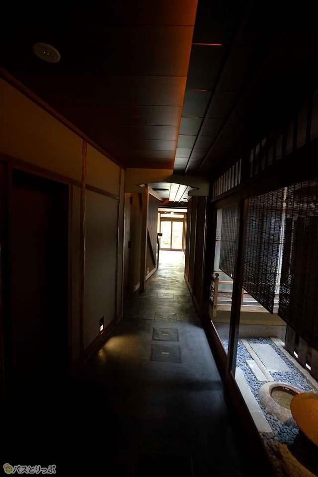 薄暗い通路の先、光に導かれて進むと