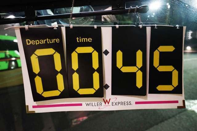 出発時間は乗車口に掲示されます