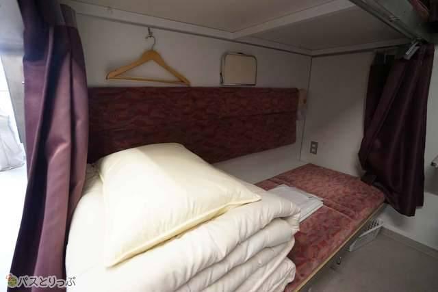 寝台ベッド毎にマット・毛布・シーツが備えつけてあります
