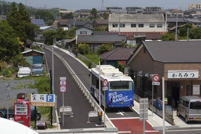 バス専用道に平行して歩道も整備されている「ひたちBRT」