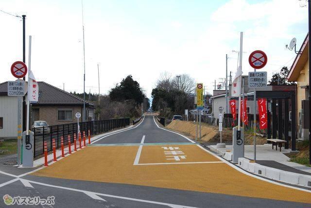 小美玉市の四箇村駅の跡地に作られたバス停。ここから専用道が始まる