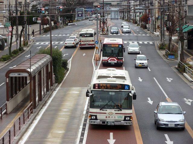 中央がバスレーン。時間帯によっては一般車も通行できる