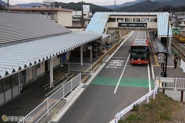 盛駅のように、元の鉄道駅がそのままバス乗り場になっているところも