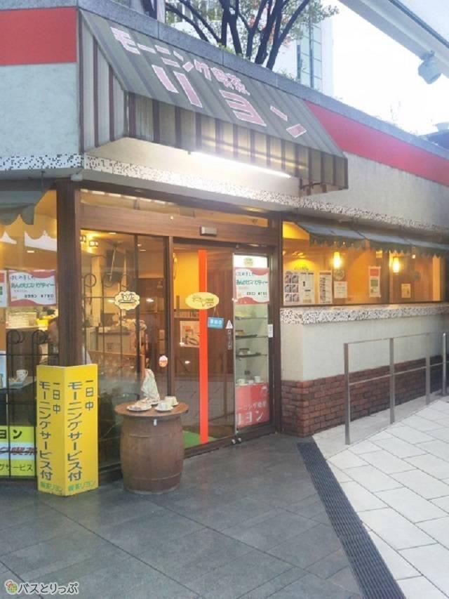 「リヨン」の外観。「モーニング喫茶」と店名「リヨン」の大きな文字が目印。