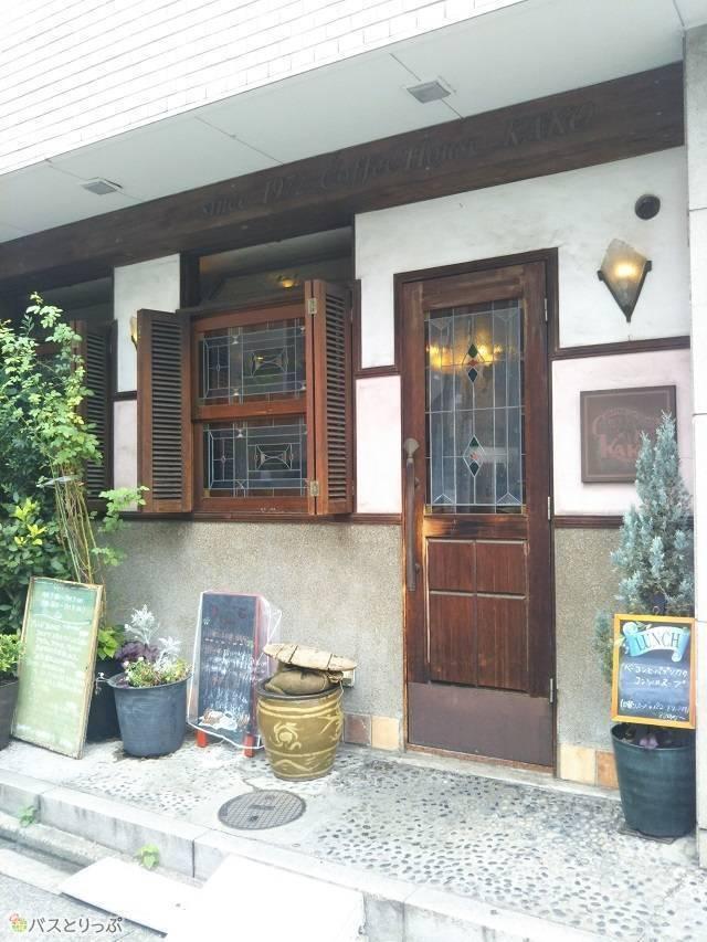 「KAKO 花車本店」の外観。木の扉とステンドグラスが特徴です。