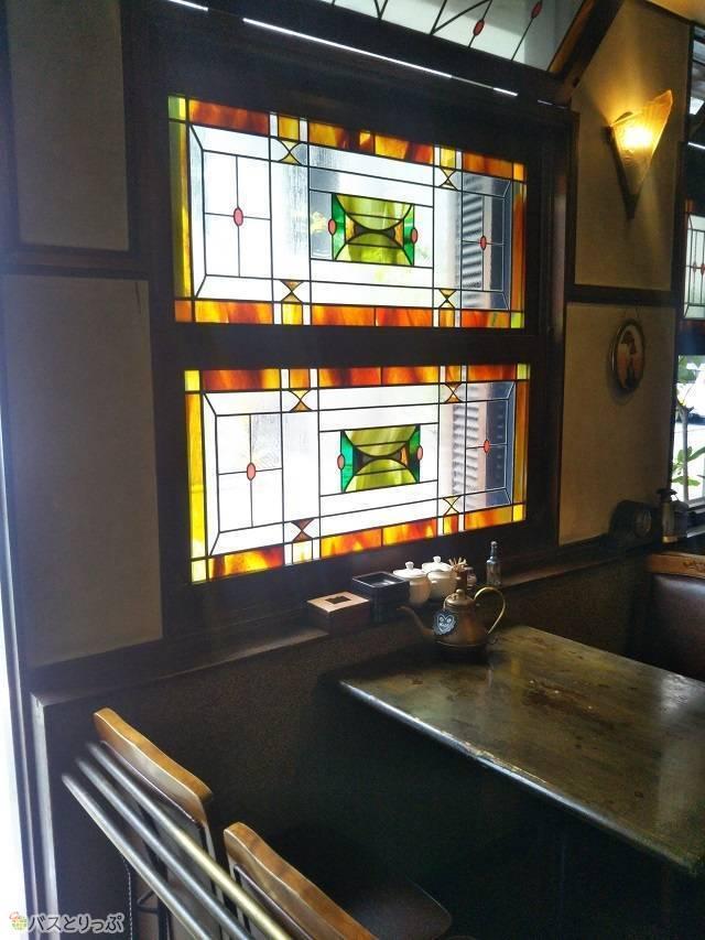 「KAKO 花車本店」店内の様子。光が差し込むステンドグラスが美しいですね。