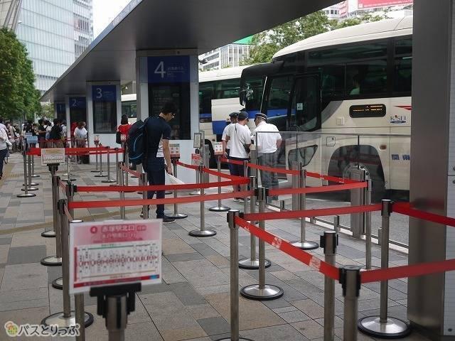 1-5(行列@東京駅:赤いラインテープ)