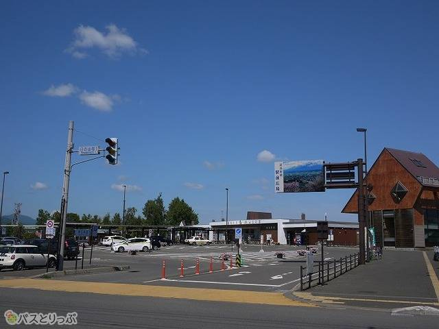 富良野駅前のバスターミナル。左手にある乗り場に発着する。