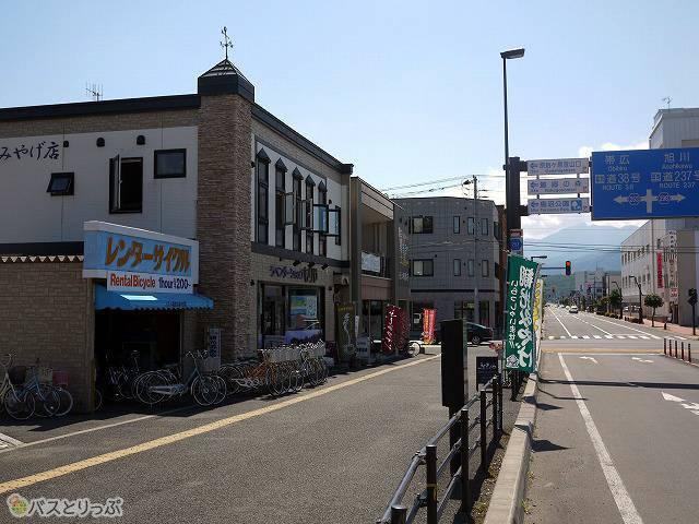 1)駅前にあるレンタサイクル店の前をまっすぐ進み、目の前に広がる新相生通りを渡ります。