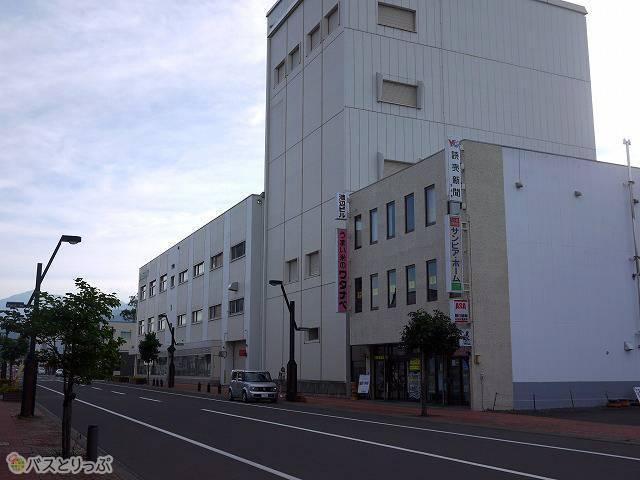 2)新相生通りを渡りまっすぐ進むと、すぐ新聞販売店と北海道銀行富良野支店が見えてきます。しばらく直進してください。