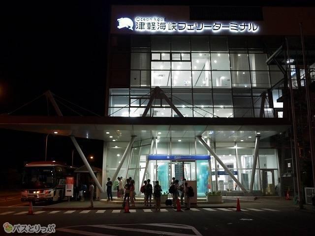 津軽海峡フェリーターミナル。建物を出てすぐ右手に乗り場があります。