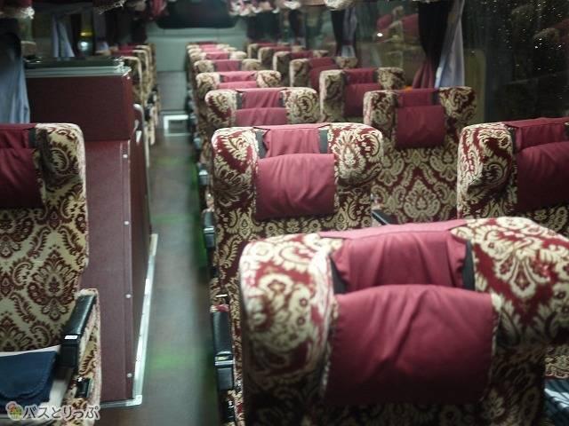 「津軽号」車内の様子。ロココ調のデザインが施された3列独立シートが乗客を迎えます。