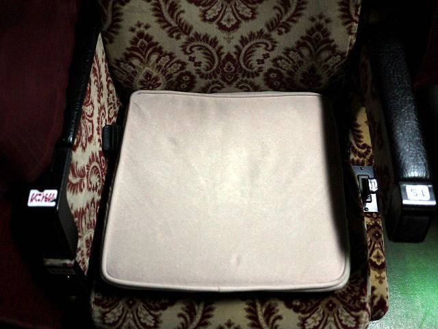 座面には座布団型の低反発クッションが。折り曲げて腰に当てると楽になります。