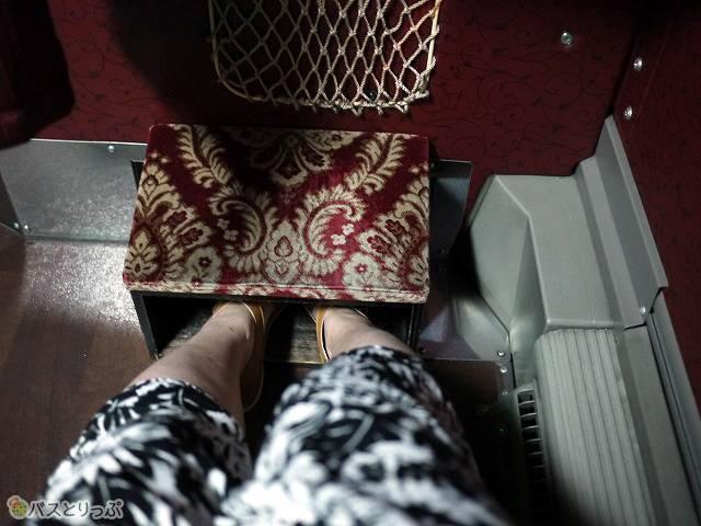 箱型のフットレスト。靴を脱げば、ベロアシートの部分に足を乗せることもできます。