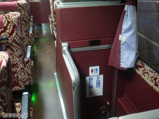 トイレは「津軽号」の車内中央に位置しています。