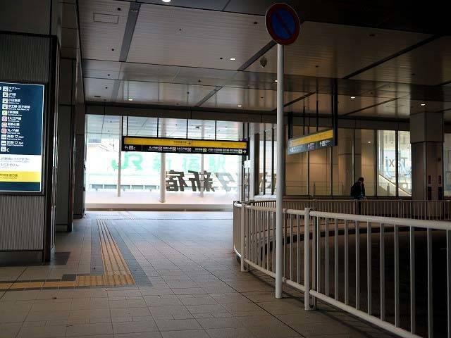バスタ新宿の降車場からJR新宿駅が見えます。