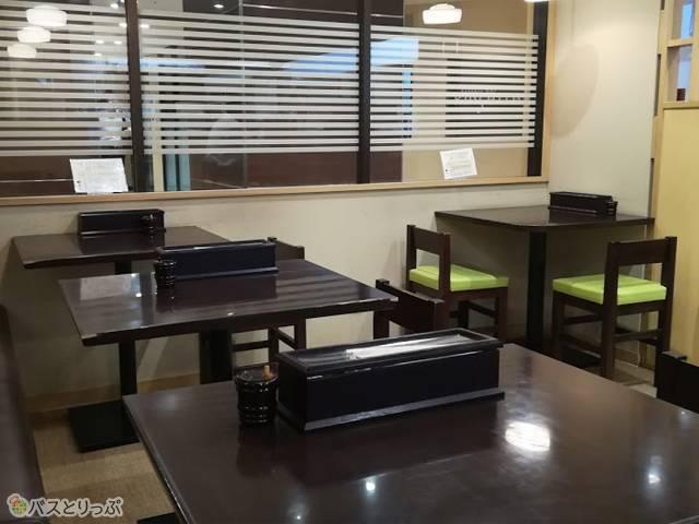 店内。テーブル席とカウンターがあります