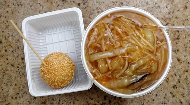 南京町屋台のふかひれラーメンとゴマ団子(神戸ベイエリアと神戸牛丼の広重)