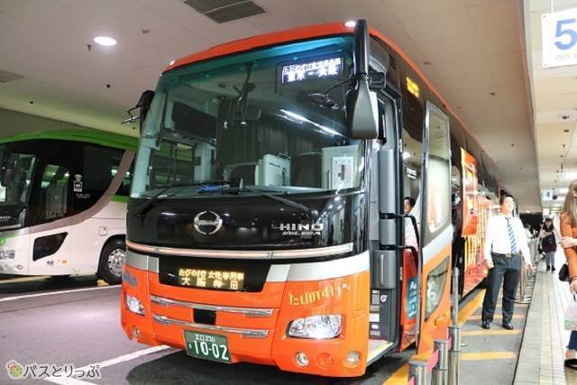 サービスエリアでも目立ちやすい赤を基調としたバス