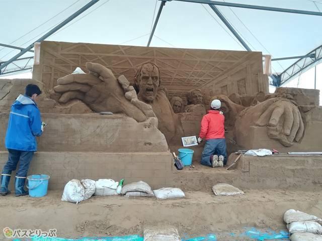 外では、ウォーキング・デッドシーズン8記念の彫像がまさに製作中でした!