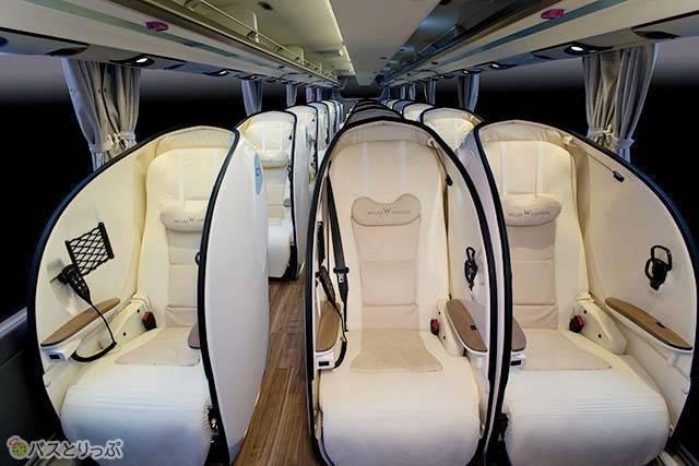プライバシーと快適性を確保するシェル型デザインの3列シート