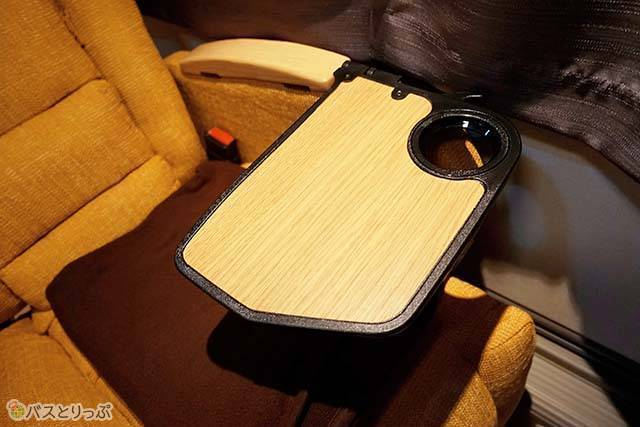 テーブルや床も木製の落ち着いたデザイン