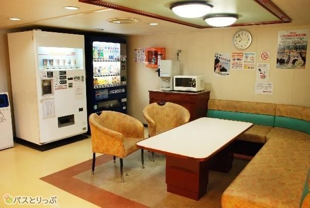 2階の自動販売機コーナーと休憩所。電子レンジと給水機もあります。