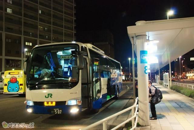 バスは出発の10分程前に到着します。