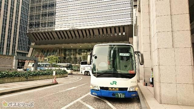 東京駅到着は6時35分。バスのすぐ後ろが東京駅日本橋口。