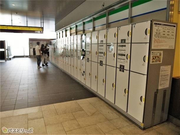 バスタ新宿のフロアにコインロッカーは二ヵ所あるが競争率は高い