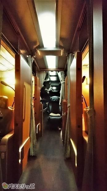 バスに入るとまずプレミアムシート。その後ろがビジネスシート