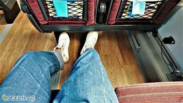 足元が広いのが桜島号の良さ。ちなみに窓際席のコンセントは窓の下に。