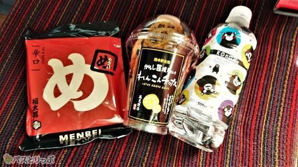 左から福岡の「めんべい」、熊本の「辛子蓮根屋さんのれんこんチップス」、「くまもと天然石清水くまモン柄」